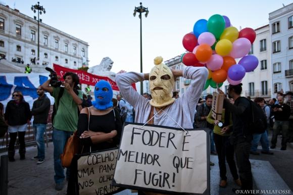 """""""Mieux vaut baiser que fuir !"""" - Manifestation à Lisbonne, le 15 octobre 2012."""