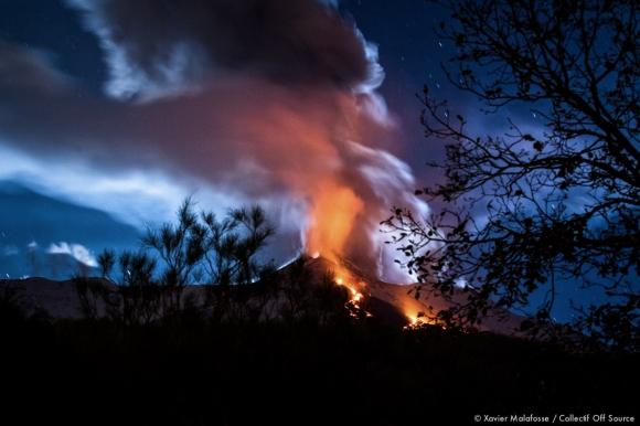 Coucher de lune sur l'Etna, le 10 mars 2014.